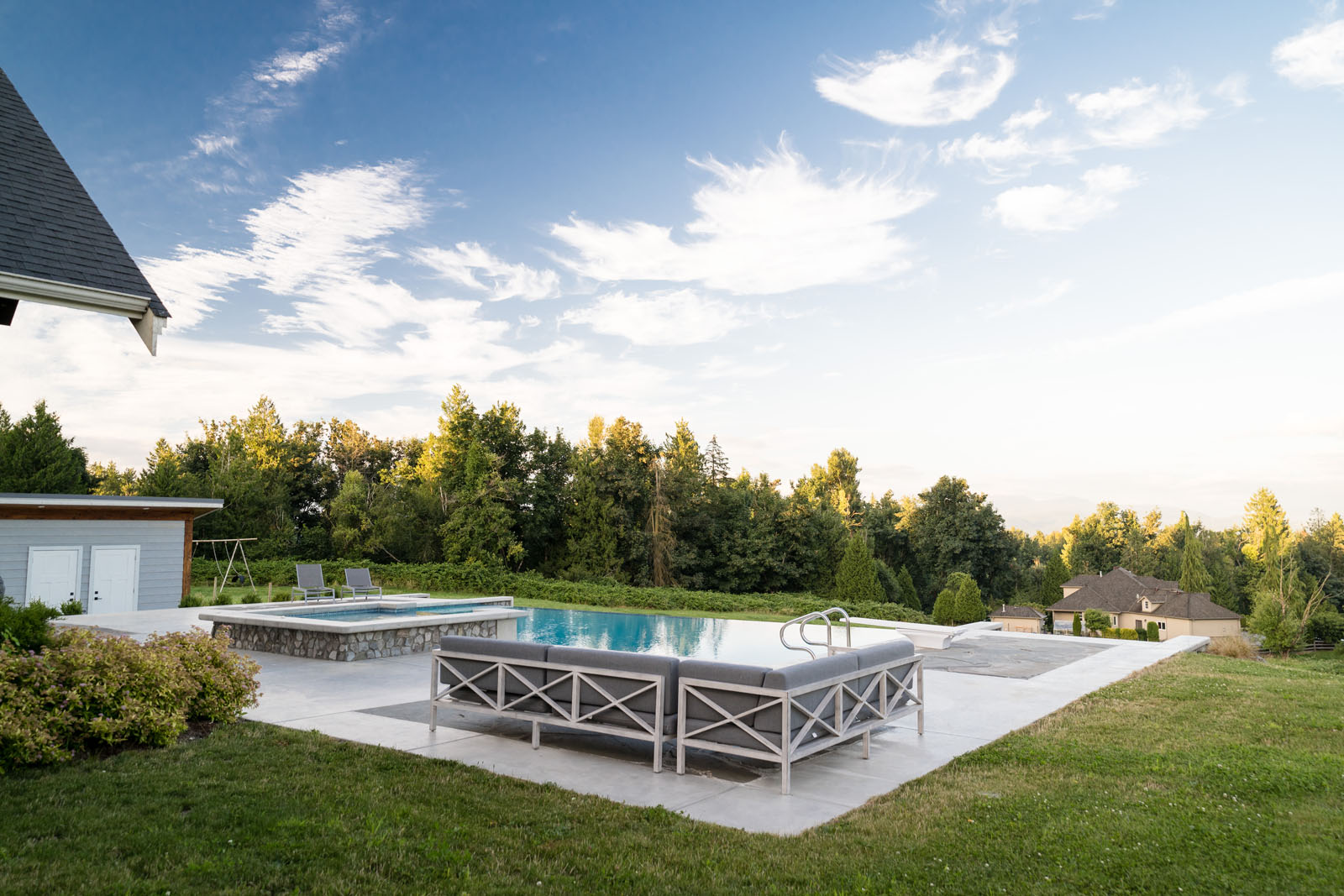 Outdoor-concrete-swimming-pool-azuro-REI037